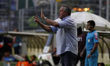 Abel orienta o time do Fluminense na vitória sobre o Atlético-MG Foto: Nelson Perez/Divulgação Fluminense