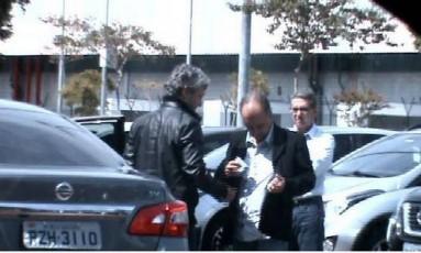 No estacionamento da JBS, Mendherson, assessor do senador Zeze Perrella, recebe a mala das mãos de Fred. Os dois foram flagrados pela PF Foto: Agência O Globo