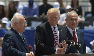 Presidente Donald Trump (centro) discursa ao lado do premier israelense, Benjamin Netanyahu (à dir.), e do presidente israelense, Reuven Rivlin, durante uma cerimônia de boas-vindas no aeroporto internacional Ben Gurion, em Tel Aviv Foto: MANDEL NGAN / AFP