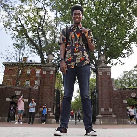 Obasi Shaw posa em frente à entrada da Universidade de Harvard Foto: Charles Krupa / AP