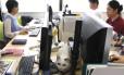 Gato anda em meio a funcionários de empresa de informática em Tóquio