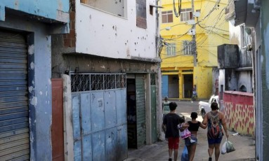As maracas dos disparos nas fachadas de casas no Alemão Foto: Domingos Peixoto / Agência O Globo / Arquivo