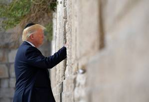 Presidente dos EUA, Donald Trump, visita o Muro das Lamentações, local mais sagrado para os judeus na Cidade Velha de Jerusalém Foto: MANDEL NGAN / AFP