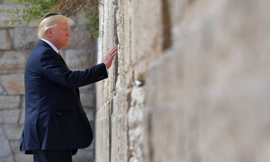 Presidente dos EUA, Donald Trump, faz oração no Muro das Lamentações, monumento sagrado na Cidade Velha de Jerusalém Foto: MANDEL NGAN / AFP