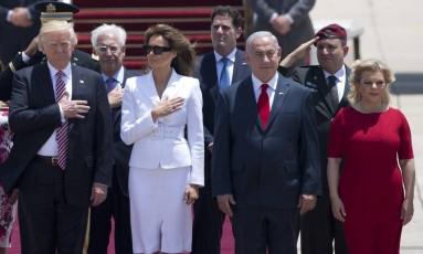 Trump e Melania participam de cerimônia ao lado do premier israelense, Benjamin Netanyahu, e sua mulher, Sara Netanyahu, ao chegarem a Tel Aviv Foto: Oded Balilty / AP