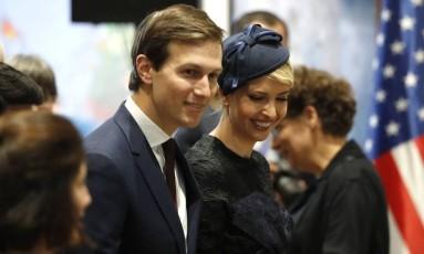 Jared Kushner e Ivanka Trump, genro e filha do presidente, que são também seus assessores na Casa Branca, participaram da primeira viagem internacional do mandato de Trump Foto: THOMAS COEX / AFP
