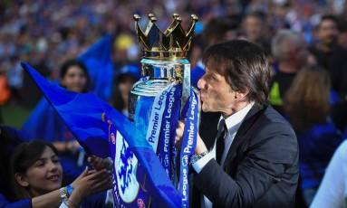 Técnico do Chelsea, Antonio Conte, beija o troféu da Premier League 2016/17 Foto: BEN STANSALL / AFP