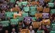 Espanhóis apoiando a independência da Catalunha, durante um comício em Barcelona Foto: JOSEP LAGO / AFP