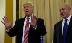 Donald Trump e Benjamin Netanyahu falam a repórteres após encontro em Jerusalém Foto: JONATHAN ERNST / REUTERS