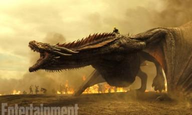A revista 'Entertainment Weekly' divulgou imagens inéditas da sétima temporada de 'Game of thrones'. Os dragões de Daenerys (Emilia Clarke) estão gigantescos e, de acordo com a imagem, participarão de uma batalha Foto: HBO