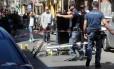 Policiais de Palermo fazem perícia em local onde chefão mafioso foi morto à luz do dia Foto: ALESSANDRO FUCARINI / AFP