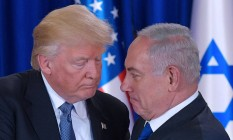 Presidente dos EUA, Donald Trump, e premier israelense, Benjamin Netanyahu, se cumprimentam após entrevista coletiva em Jerusalém Foto: MANDEL NGAN / AFP
