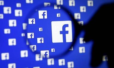 """Arquivos internos do Facebook, obtidos pelo jornal britânico """"Guardian"""", revelam detalhes sobre como a empresa orienta os funcionários a decidirem o que fica ou não no ar Foto: Dado Ruvic / REUTERS"""