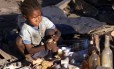 Criança brinca com boneca em distrito pobre de Antaranivo, capital de Madagascar Foto: Mike Hutchings / Reuters/28-6-2002