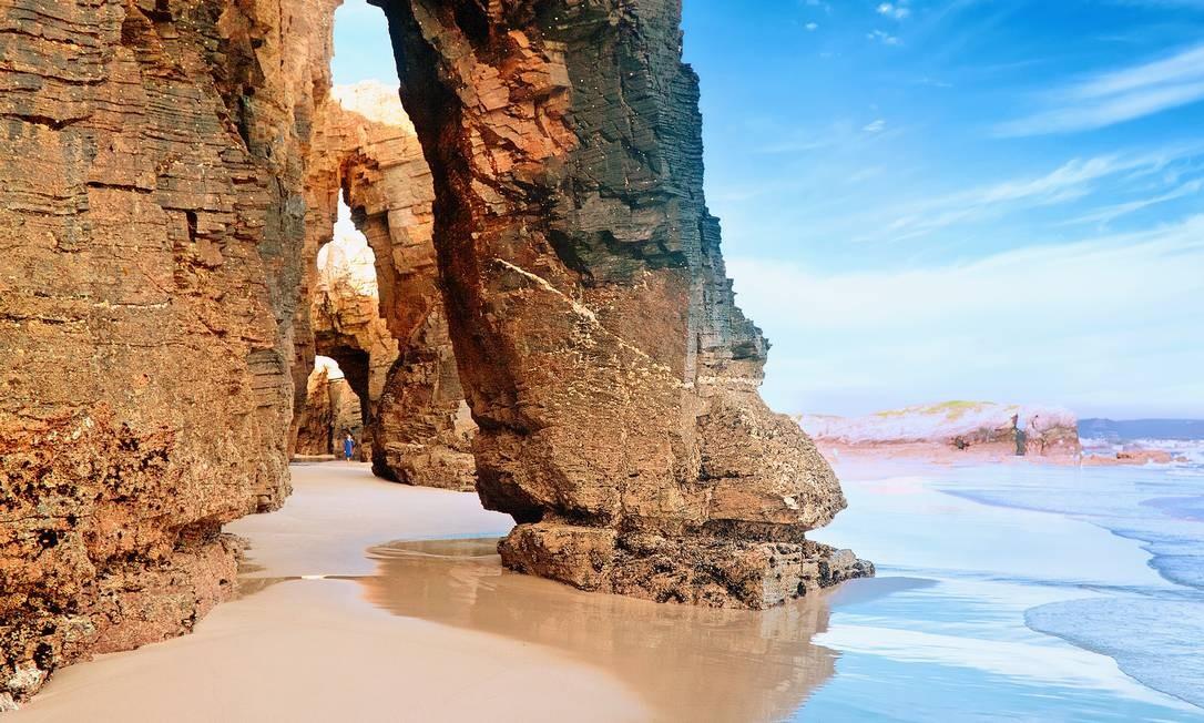 Galícia, a região noroeste da Espanha,com mais de mil quilômetros de costa, revela incríveis aldeias de pescadores, centenas de praias e deliciosos frutos do mar. Na foto, a Praia das Catedrais Foto: Migel/Sutterstock/Divulgação
