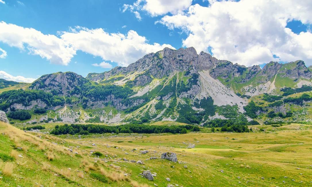 Paisagens inspiradoras no relevo montanhoso da região norte de Montenegro Foto: dellaliner/Getty Images/Divulgação