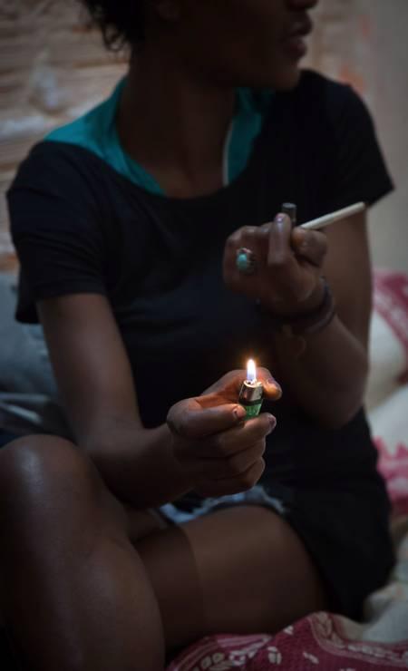 Apesar do policiamento reforçado, usuarios de drogas foram vistos nos arredores da antiga cracolândia Foto: Edilson Dantas / Agência O Globo