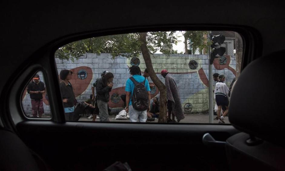 """Um dia após o prefeito João Doria dizer que a """"cracolândia acabou"""", pelo menos uma centena de usuários de crack se concentravam às portas do prédio do Memorial da Resistência Foto: Edilson Dantas / Agência O Globo"""