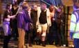 Homem ferido é carregado de área do show de Ariana Grande, em Manchester Foto: Reprodução