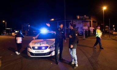Polícia monta cordão de segurança diante da Manchester Arena Foto: STRINGER / REUTERS