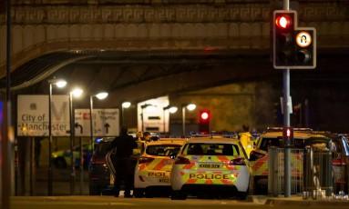 Policiais isolam área perto da Manchester Arena Foto: STRINGER / REUTERS