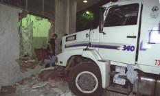 Usando duas carretas e um ônibus, bandidos conseguiram libertar 14 presos da Polinter Foto: Celso Meira / Agência O Globo