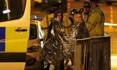 Duas mulheres são atendidas após explosão durante show da cantora Ariana Grande, em Manchester Foto: ANDREW YATES / REUTERS
