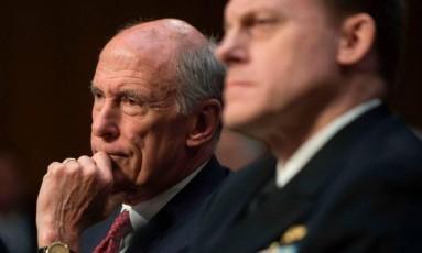 Dan Coats (com a mão no queixo) e Mike Rogers: chefe de Inteligência teriam se recusado a respaldar ações de Trump Foto: Jim Watson / AFP