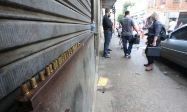Cápsulas deflagradas que foram recolhidas por peritos após um ataque a uma patrulha da PM: quando a polícia retornou à Rua Senador Pompeu, uma hora depois, os criminosos já tinham ido embora com caminhões Foto: Fabiano Rocha / Agência O Globo