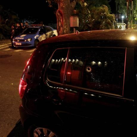 Marca de disparo em veículo utilizado pelos suspeitos Foto: Pedro Teixeira / Agência O Globo