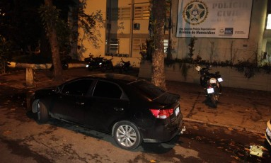 Carro utilizado por suspeitos presos no Recreio Foto: Pedro Teixeira / Agência O Globo