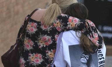 Fã da Ariana Grande em Manchester, na Inglaterra no dia seguinte à explosão após show da cantora Foto: Rui Vieira / AP