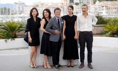 O cineasta Hong Sang-soo (à direita) com o elenco de 'The day after', filme que exibiu em Cannes Foto: STEPHANE MAHE / REUTERS