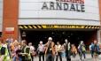 Pessoas correm da área do shopping Arndale na manhã desta terça-feira Foto: DARREN STAPLES / REUTERS