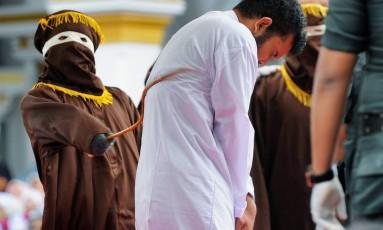 Um dos jovens punidos após ser considerado culpado com base em lei contra os homossexuais Foto: CHAIDEER MAHYUDDIN / AFP