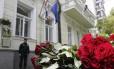 Flores são colocadas em homenagem às vítimas do atentado suicida em Manchester na frente da embaixada britânica em Kiev, Ucrânia