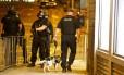 Polícia isola a área do Manchester Arena, onde ocorreu o atentado suicida Foto: ANDREW YATES / REUTERS