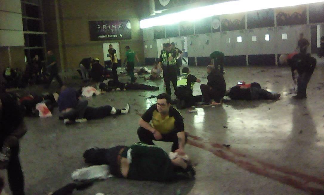 Pessoas ajudam vítimas de ataque dentro da Arena Manchester AP