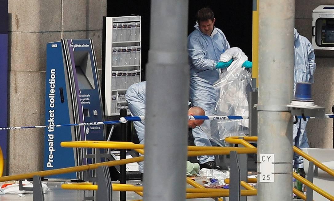 Investigadores forenses trabalham no local do ataque na manhã desta terça-feira DARREN STAPLES / REUTERS