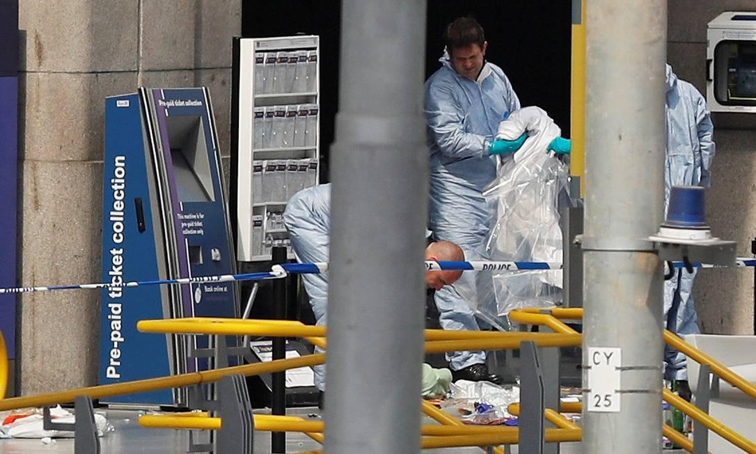 Investigadores forenses trabalham no local do ataque na manhã desta terça-feira Foto: DARREN STAPLES / REUTERS