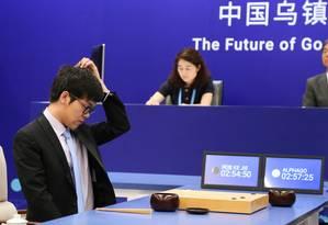 O jovem chinês Ke Jie perdeu a primeira partida contra o computador AlphaGo Foto: CHINA STRINGER NETWORK / REUTERS
