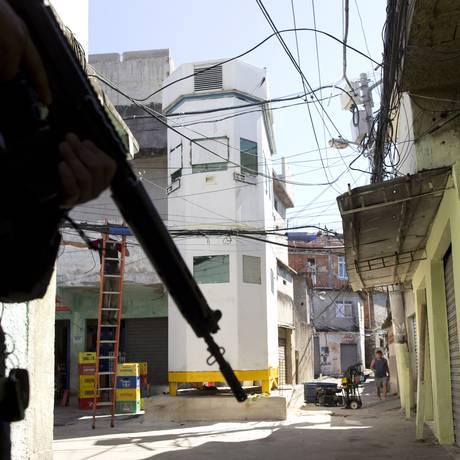 A torre blindada instalada no Complexo do Alemão Foto: Márcia Foletto / Agência O Globo
