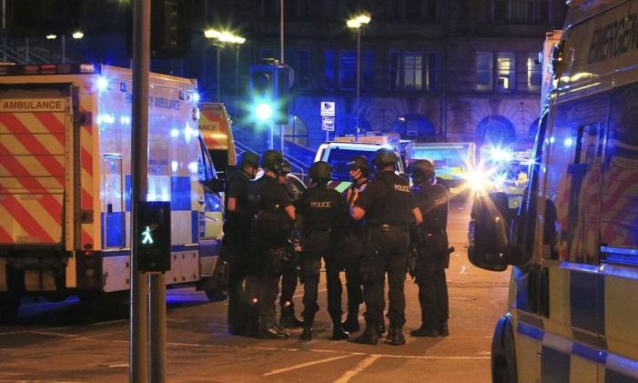 Polícia se reúne na Manchester Arena após relatos de uma explosão na Manchester Arena depois de um show da cantora americana Ariana Grande, na Inglaterra Foto: Peter Byrne / AP
