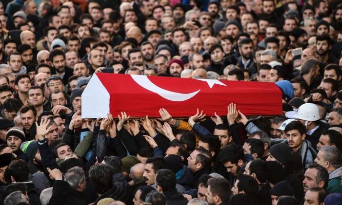Pessoas carregam o caixão de Yunus Gormek, de 23 anos, uma das vítimas do ataque à discoteca Reina, durante seu funeral em Istambul Foto: BULENT KILIC / AFP