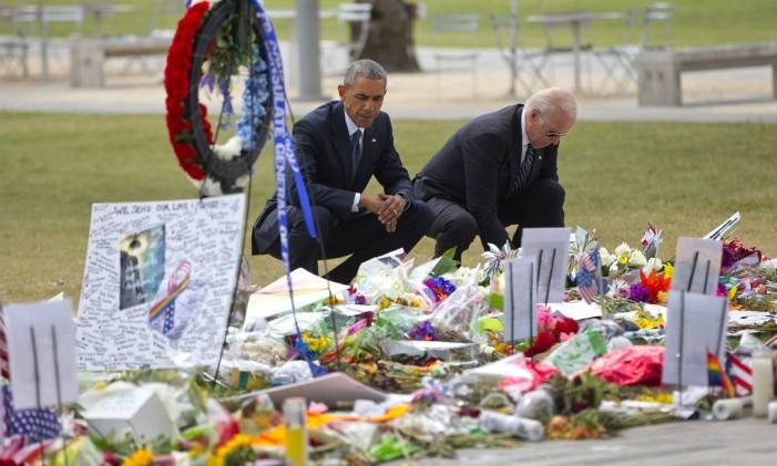 O ex-presidente americano Barack Obama e o ex-vice-presidente Joe Biden visitam um memorial às vítimas da boate Pulse, em Orlando Foto: AP / Pablo Martinez Monsivais