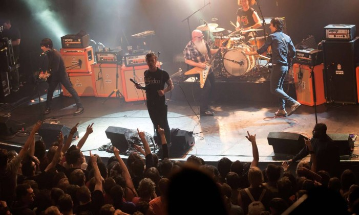 O grupo de rock Eagles of Death Metal toca durante o show no Bataclan, momentos antes de quatro homens armados atacarem com armas o local, em Paris Foto: Marion Ruszniewski / AFP