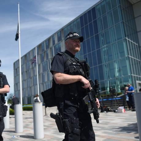 Polícia britânica fazem patrulha em Manchester após atentado terrorista na Manchester Arena Foto: OLI SCARFF / AFP