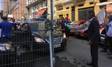 Deputado sai do carro para discutir com servidores que faziam ato em frente à Alerj Foto: Carina Bacelar / Agência O Globo