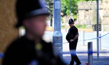 Policiais montam guarda em volta da Manchester Arena Foto: JON SUPER / REUTERS