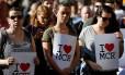 Dezenas de pessoas se concentram no centro de Manchester para a vigília Foto: DARREN STAPLES / REUTERS
